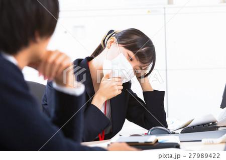 女性社員 オフィスレディ 風邪 マスク 感染症 予防 風邪の季節 27989422