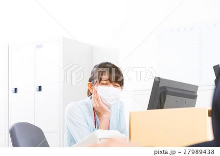 女性社員 オフィスレディ 風邪 マスク 感染症 予防 風邪の季節 27989438