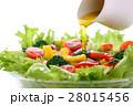 野菜サラダにオリーブオイルをかける 28015456