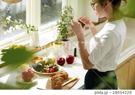 料理にこだわる女性 28034229