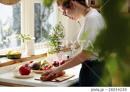料理にこだわる女性 28034230