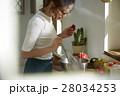 料理にこだわる女性 28034253