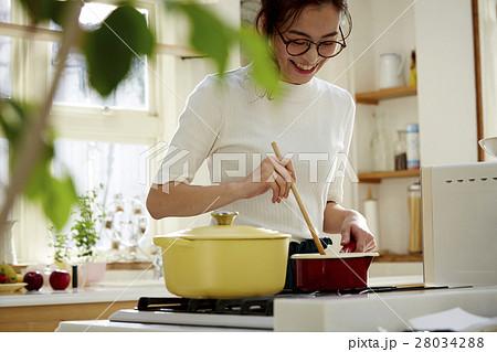 料理にこだわる女性 28034288