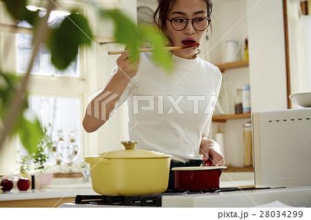 料理にこだわる女性 28034299