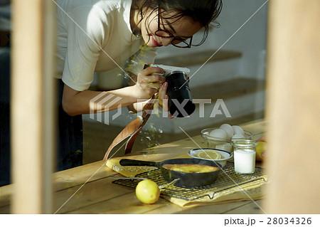 自作料理を撮影する女性 28034326