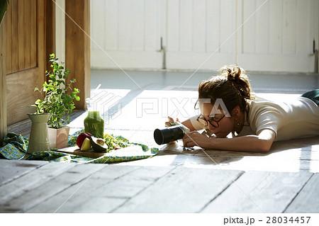 自作料理を撮影する女性 28034457