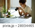 自作料理を撮影する女性 28034465