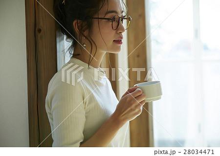 マグカップを持つ女性 28034471