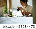 自作料理を撮影する女性 28034473