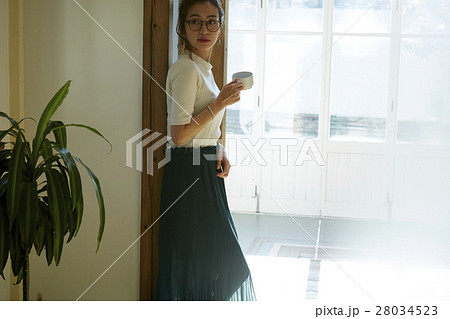 マグカップを持つ女性 28034523