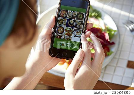 料理写真をSNSにアップする女性 28034809