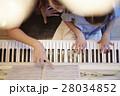ピアノレッスンを受ける女の子 28034852