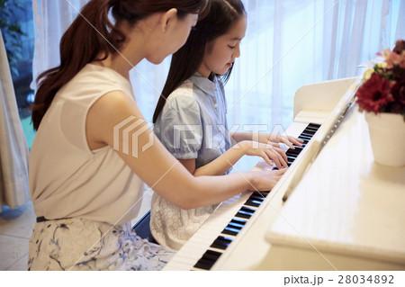 ピアノレッスンを受ける女の子 28034892