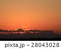 今沈もうとしている夕日を雲の間から覗き見る 28043028