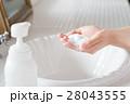 洗面台で洗顔する若い20代女性手元アップ 28043555