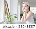 洗面所で洗顔する若い20代女性 28043557