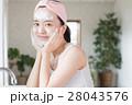 洗面所で洗顔する若い20代女性 28043576
