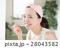 洗面所で歯磨きする若い20代女性 28043582