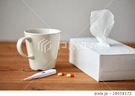 cup of tea, paper wipes and thermometer with pillsの写真素材 [28058172] - PIXTA