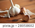 close up of garlic on wooden table 28058602