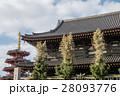 川崎大師の入り口 笹が飾られた門と遠くに見える五重塔 28093776