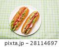皿の上の2本のホットドッグとパストラミサンド 28114697