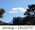 稲毛海浜公園の歩道の上の青空と白い雲 28122757