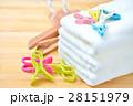 洗濯物、家事、ライフスタイルのイメージ。(ハンドタオル、洗濯ばさみ、ハンガー) 28151979