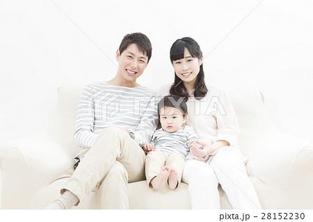若い家族 家族写真 三人 28152230