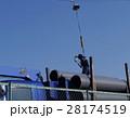 トラック荷積み 落下防止安全帯装着 作業者アップ 28174519