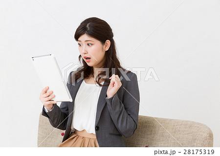 タブレットを見る女性 ビジネス 考える 28175319