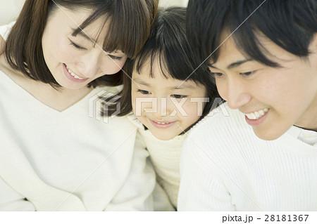 笑顔で寄り添う家族三人 28181367