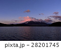山中湖より紅い雲かかる富士山 28201745
