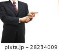 力強く指差しするスーツの男性 28234009