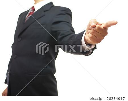 力強く指差しするスーツの男性 28234017
