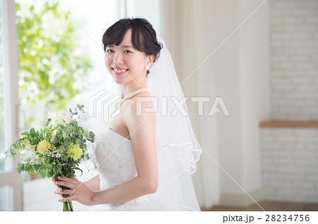 ウエディングドレスの女性 28234756