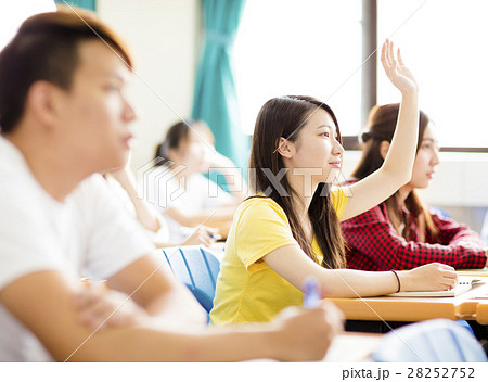 college student raise hand for questionの写真素材 28252752 pixta