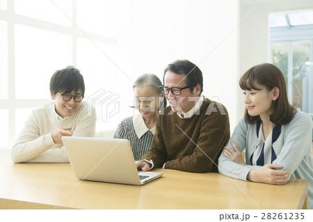 家族でパソコン検索シーン 28261235
