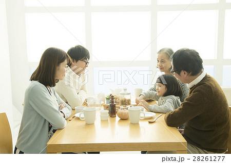 食卓を囲む家族5人 28261277