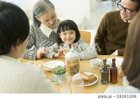 食卓を囲む家族5人 28261306