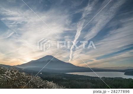 絶景・山中湖パノラマ台からみる日没の富士山(山梨県の風景) 28277896