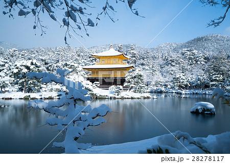 絶景・冬の金閣寺の雪景色(京都の風景) 28278117