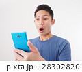 青いスマホを見て驚く若い男性 28302820