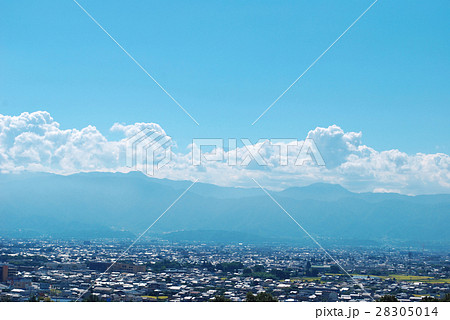 青空と雲と山と街 28305014