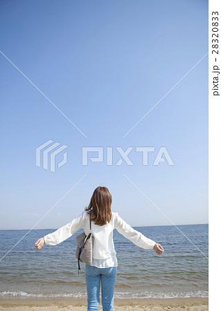 海辺で腕を広げる女性 28320833