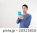 青いスマホを見て驚く若い男性 28323828