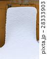 立てかけた板に積もった雪 28333903