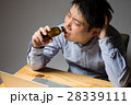 残業 ビジネスマン 疲労の写真 28339111