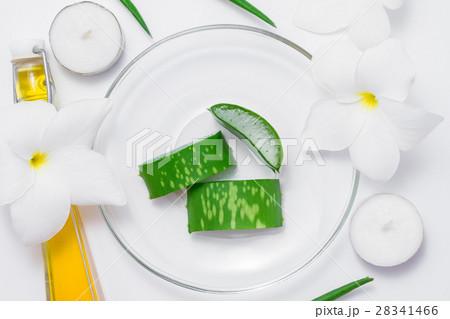 Fresh aloe vera, flowers, candles and oil の写真素材 [28341466] - PIXTA