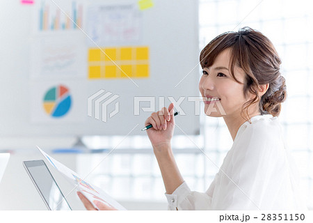 若い女性、ビジネスウーマン、オフィスカジュアル 28351150